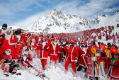 Bắt gặp hàng ngàn ông già Noel vui vẻ trên núi Alps