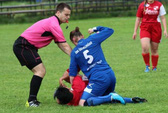 Nữ cầu thủ hạ knock-out đối phương ngay trước mặt trọng tài