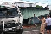 Xe tải tông sập nhà, hơn chục người thoát chết