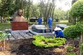 Nhiều người đến xem dựng tượng nhạc sĩ Phạm Duy