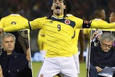 Xem giò Falcao, ông Mourinho bị CĐV Bỉ la ó