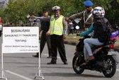 Cấm phụ nữ ngồi dạng chân sau xe máy