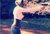 Lộ ảnh bạn gái Pistorius nghịch súng ngắn
