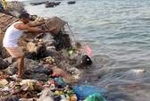 Dân đảo Lý Sơn đổ rác thải xuống biển