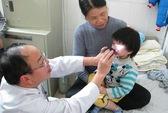 Bé gái 3 tuổi suýt mù vì bột chống ẩm trong gói bánh gạo