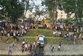 Hà Nội: Xe BMW lao xuống sông Tô Lịch