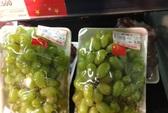 Hà Nội: Siêu thị Big C bán nho Việt Nam dán cờ Trung Quốc