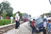 Đưa nạn nhân đi bệnh viện cấp cứu bằng tàu hỏa