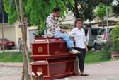 Hà Nội: Ngồi lên 2 quan tài, quấn chăn tẩm 20 lít xăng đòi tự thiêu