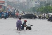 Cận cảnh đường Hà Nội ngập sang ngày thứ 2
