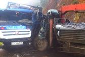 2 xe tải đấu đầu, 5 trọng thương mắc kẹt trong cabin