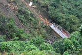 Xe chở gỗ lao xuống vực sâu 300 m, 3 người chết thảm