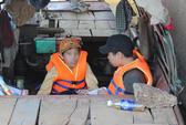 2 con chị Huyền chứng kiến việc tìm mẹ dưới đáy sông Hồng