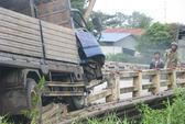 Ôm cua, xe tải phá tan thành cầu