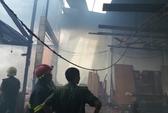 Cháy xưởng gỗ, khu dân cư náo loạn