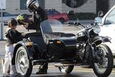 Pax Thiên cưỡi mô tô cùng bố Brad Pitt