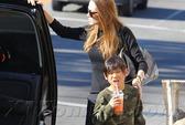 Pax Thiên được mẹ Angelina Jolie đưa đi mua sắm