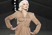 Siêu mẫu 81 tuổi tự tin sải bước trên sàn diễn