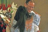 Nữ sinh hôn trộm Tổng thống Philippines