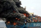 Tàu chở người Trung Quốc cháy trên biển Nhật