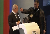 Chính trị gia bị chĩa súng ngay trên sân khấu
