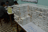 Xe chở khách giấu hàng ngàn gói thuốc lá lậu