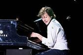 Paul McCartney bị châu chấu tấn công trên sân khấu