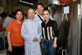 Việt Hương trích tiền phúng điếu mẹ làm từ thiện