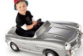 Bé 7 tuổi lái ô tô chở em trai chạy 1,5km