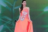 Hà Hồ mặc váy chống nắng