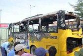 Xe buýt cháy trụi trong đêm, tài xế thoát chết