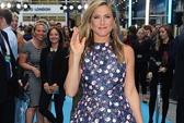 Jennifer Aniston cười như hoa trên thảm xanh