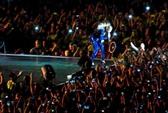 """Beyonce bị """"fan cuồng"""" kéo xuống sân khấu"""