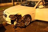 Siêu mẫu Hoàng Yến bị phạt vì lái BMW đâm vào gốc cây
