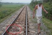 Nằm trên đường ray, 2 người bị tàu cán chết