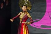 Áo dài Việt tỏa sáng trên sân khấu Hoa hậu Hoàn vũ