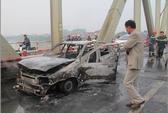 Ô tô tự cháy rụi trên cầu Chương Dương trong 15 phút