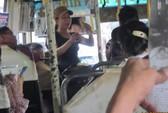 Bán hàng rong trên xe buýt