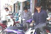 Cơn sốt kiếng chiếu hậu xe gắn máy: Kẻ mua, người bán cùng... đối phó