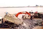 Lắp đặt cầu phao để giảm tải cho cầu Chương Dương