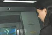 Nạp tiền vào thẻ ATM, coi chừng bị lừa!