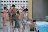 Bơi chung bể với con trai, có dính bầu?