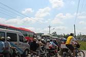 Kẹt xe kéo dài 7 km ở phà Vàm Cống