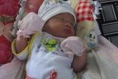 Trẻ sơ sinh bị bỏ rơi trong sân nhà dân