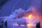 Đoàn xe rước dâu bốc cháy giữa đường