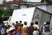 Mất lái, xe tải lao vào nhà dân, 2 người bị thương nặng