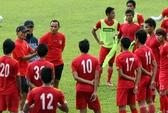"""HLV U23 Myanmar sợ lộ """"bài"""", """"mời"""" phóng viên VN đi chỗ khác"""