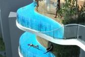 Chơi ngông: lấy ban công tòa tháp làm... bể bơi