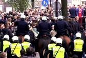 25 CĐV Man City và Ajax bị bắt ở phố đèn đỏ