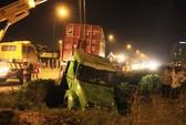 Tránh xe máy băng ngang đường, xe container lao xuống hố